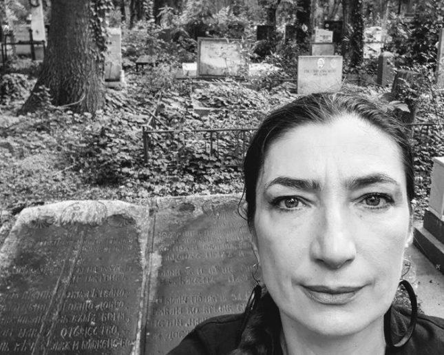 Снежина Петрова и плочите на нейните осиновени покойници в Централните софийски гробища. Снимка: Личен архив - Осиновяване на мъртвите ни герои