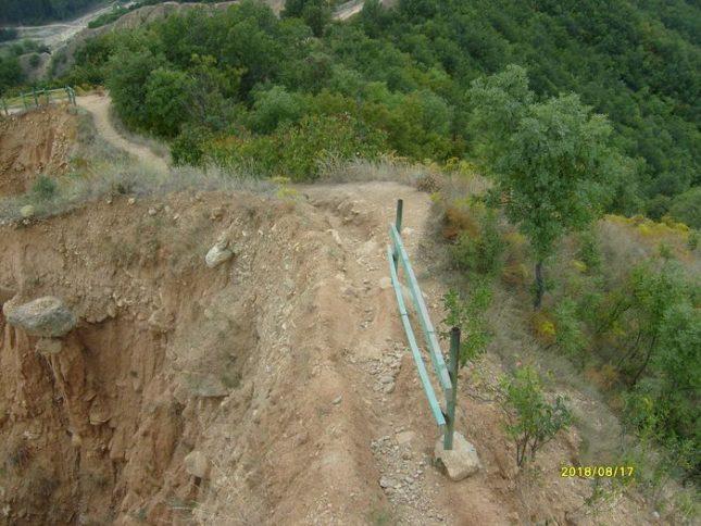 """Нестабилен параван с две летви """"предпазва"""" от 8-метрова пропаст по Кулски рид. Снимка: Веселин Вучков - След 600 хил. лв. инвестиции, Стобските пирамиди се нуждаят от спасение"""