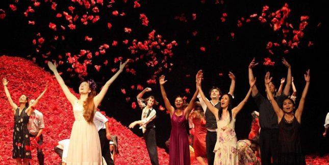 """Сцена от спектакъла """"Карамфил"""" на театъра на Пина Бауш. Снимка: Tanztheater Wuppertal - Отхвърлен като """"проект за няколко джендъра""""? Запишете ме при тях"""