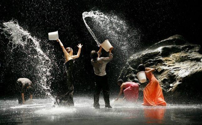"""Сцена от спектакъла """"Vollmond"""" на Пина Бауш. Снимка: Tanztheater Wuppertal - Пина Бауш и българският """"културен"""" капитализъм"""