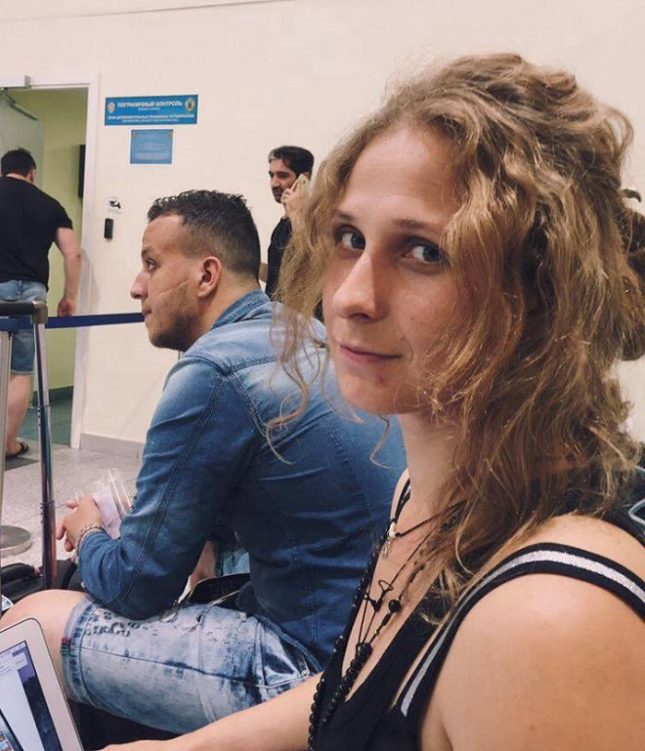 """Мария Альохина на летище """"Домодедово"""", след забраната да излети за Единбург. Снимка: Фейсбук - Как """"Пуси Райът"""" изиграха руската служба за сигурност?"""