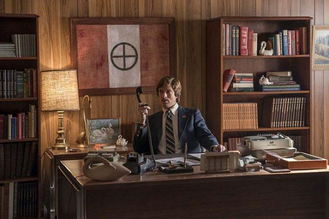 """Тофър Грейс в образа на Дейвид Дюк, дългогодишния ръководител на """"Ку-клукс-клан"""", в сцена от филма """"Черният ку-клукс-клановец""""  - Комплимент, от който няма нужда"""