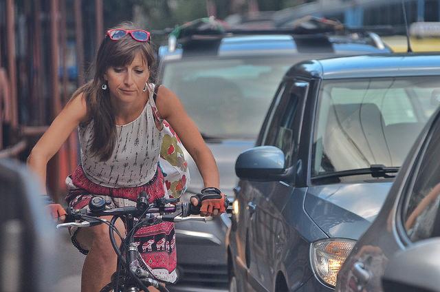 Велосипедистите се придвижват на косъм разстояние от автомобилите по улиците на София. А понякога и на по-малко. Снимка: Емил Л. Георгиев/Площад Славейков - Колко още велосипедисти трябва да умрат?