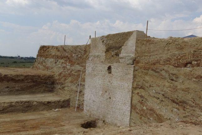 Гробното съоръжение край с. Маноле е с 22 метра височина и предположението е, че датира от III век. Снимка: ЕПА/БГНЕС - Гробницата край с. Маноле – императорска?
