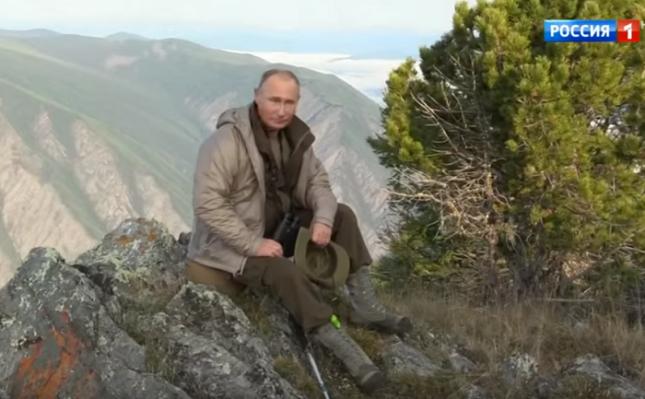 В първия епизод, излъчен в неделя, 2 септември, Путин е показан по време на осемкилометров преход в планината. Снимка: Стопкадър - Путин си спасява рейтинга с шоу по телевизията (видео)