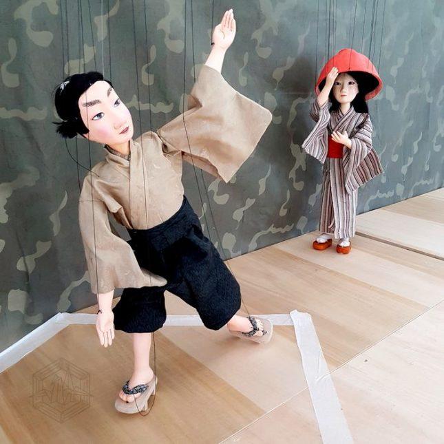 Подигравано от всички, момичето с купа вместо шапка все пак успява да си намери приятел - сина на Шогуна. - Кукла с купа на главата ни учи на щастие