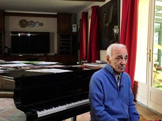 """""""Аз съм като крадец и мога да открадна историята на твоя живот. Така се получава текста на песента"""", казва Шарл Азнавур. Снимка: Георги Тошев - Шарл Азнавур, една есен преди да отлети: Щастлив съм, когато се събудя жив"""