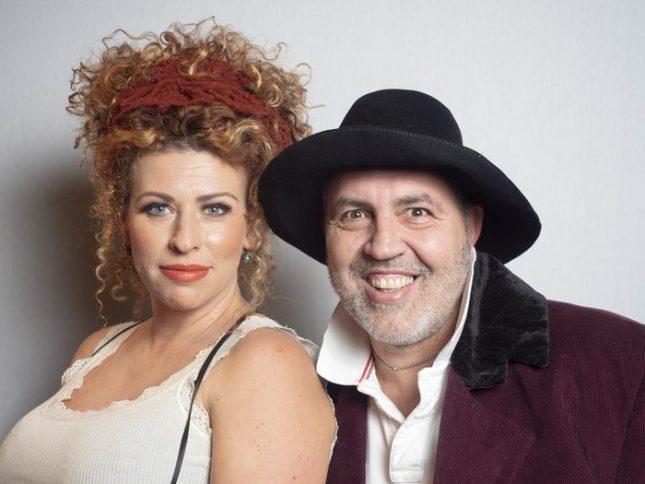 """Ева Тепавичарова и Христо Мутафчиев са семейство Капече в новия спектакъл в афиша на Сатирата """"Как се обира банка"""". Снимка: Сатиричен театър  - Как (не) се обира банка? Ще ви кажат в Сатирата"""