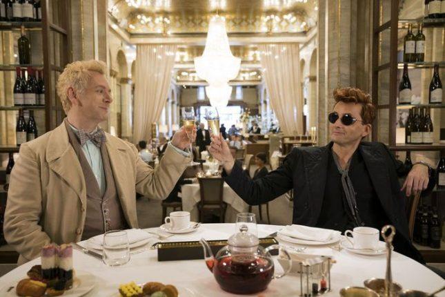 """Демонът Кроули (Дейвид Тенант, вдясно) и ангелът Азирафел (Майкъл Шийн) са почти приятели - нещо неизбежно в тяхното 6-хилядно съвместно съжителство на Земята. - Първи трейлър на """"Добри поличби"""" (видео)"""