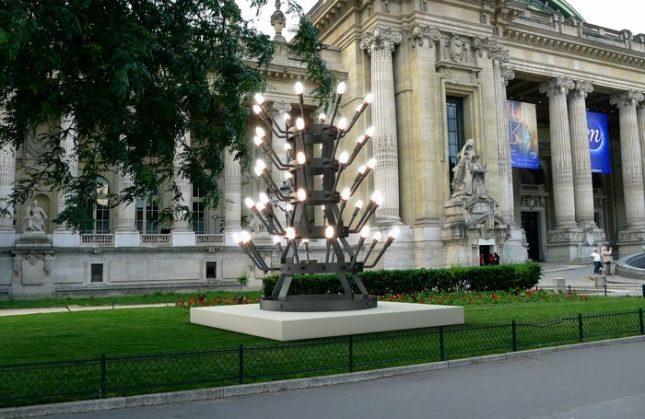 """Творбата наСтефан Николаев e озаглавена """"Streetlight"""" (Улично осветление) и интерпретира """"Bottle Rack"""" (1914), една от най-важните творби на Марсел Дюшан.Илюстрация: Проект на творбата - Скулптура на българин пред """"Гран Пале"""" в Париж"""