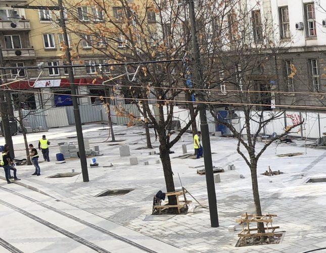 """Бордюр на площад """"Славейков"""" има единствено на спирката на трамвая. В останалата част пешеходната зона е на едно ниво с трамвайните релси. Снимка: """"Площад Славйков"""" - Площад """"Славейков"""" като споделено пространство"""