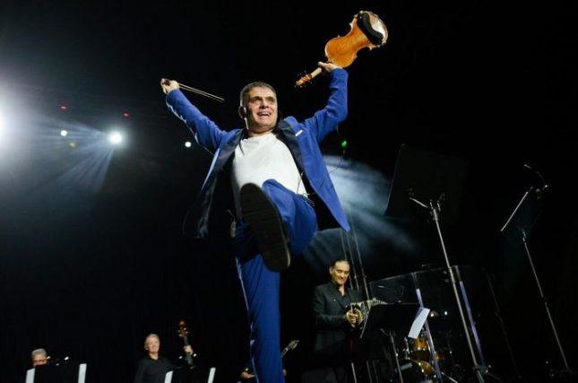 Над 2000 души аплодираха Васко Василев на 5 ноември в зала 1 на Фестивалния център във Варна. Снимка: Христо Русев - Търси се цигулка за концерта на Васко Василев